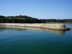 大多府島の港入口にある「元禄防波堤」が見えます。この防波堤は岡山藩の土木技術者、津田永忠の指揮で元禄11年(1698年)に築かれたと伝わっています。平成10年(1998年)1月に防波堤としては初めて国の文化財に指定されました。