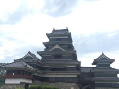 松本城!彦根、犬山に続く国宝城の訪問となりましたが、こちらは平城なので、景色が違いますね。天守と付属の月見櫓が印象的なお城です。 漆を塗り重ねた黒いお城です。表紙にセットした堀越の写真がイメージがありますが、堀のすぐそばに天守があるのもすごいですね。