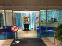 バンコクエアウェイズのラウンジ入口。 搭乗者は皆さん使えます。 同社のキャラクターか?熊さんがお出迎え。