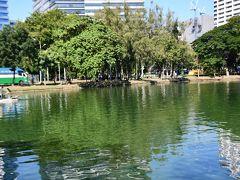 朝のルンピニー公園です。 真ん中の湖が綺麗です。