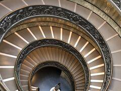 バチカン美術館の螺旋階段。綺麗。吸い込まれそう