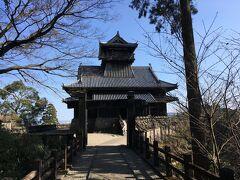 綾城(別名・竜尾城)は14世紀に築かれた山城で戦国時代は伊東氏の配下に入り伊東四十八城の一つ。ただし、観光用の模擬天守とのこと。時代考証を経ているので、このような城が実際にあったとしてもおかしくないが、かつての姿を復元したものではないとのことです。入館料は350円