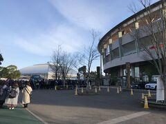 2月の宮崎といえば、プロ野球のキャンプ。ソフトバンクがキャンプをする生目の杜運動公園の球場には多数のファンが選手を待っている