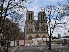 さて、見えました。ノートルダム大聖堂  ローマは「アテネの学堂」を見に行ったのに対しパリにはこれを見にきました。 ただ入れませんし、正面は近づけません!  パリの人々の心にあるノートルダム大聖堂。 ロマネスク様式とゴシック様式の過渡期に建てられた大聖堂と言われていて上に伸びていながら安定感のある特徴的な作りをしています。