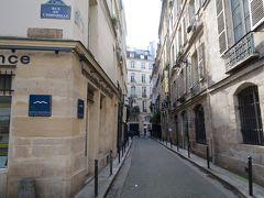 さて、ホテルが見えてきましたね。 今回パリで泊まるホテルはHotel Residence Des Artsです。  【観光POINT】 写真が少しブレていますが 奥のHOTEL看板が左右にありますが Residence Des Arts宿泊者は左側でチェックインをしますが泊まるのは右側です。