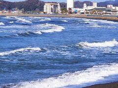 すごーい!波が次から次へと荒々しい。遠くにはうっすらと富士山。