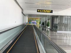 飛行機も空いているんじゃないかと思ったら、なんとほとんど満席! 6時間近くエコノミー席はちょっとキツイです やっとハノイノイバイ空港に着きました。