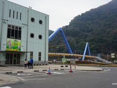高崎山自然動物園おさる館  大分県大分市大字神崎3078-40 奥に見える派手な高崎山横断歩道橋で高崎山(猿山)と結ばれています。 海たまご(水族館)は写真の建物の横にあります。
