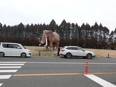 十文字原展望台から10分ほどアフリカンサファリ(大分県宇佐市安心院町南畑2-1755-1)入口の像モニュメント前では記念撮影の車が停まっています。