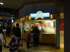 軽く夕飯を食べるために再びケルン中央駅へ。 駅にはたくさんの飲食店、小さなスーパー、土産物店などもあって、大変便利でした。 やっぱり最初はソーセージを食べよう!ということで評判のいいマイスターボックへ行きました。