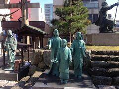 北ノ庄城跡にある別れ別れになった銅像が。左がお市さん、その娘である三人姉妹、右には勇ましい姿の柴田勝家の姿が。