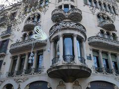 で、グラシア通りのカサ・リェオ・イ・モレラまで戻って来た。 ちなみにこの建物の1階はスペインの誇る高級ブランド「ロエベ」のショップ。