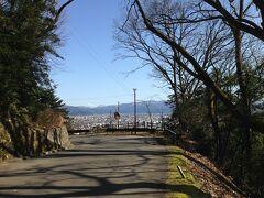 結構、急な登り坂の足羽山。 桜の季節はとても良さそうです。