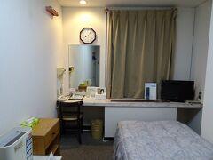 駅前のホテルで宿泊。当日予約でシングル5610円(全額ポイント払い)。 ウェルカムワインのサービスがありました。
