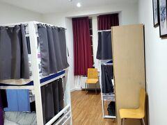 エディンバラの宿です。1部屋にベッド6個。宿泊時は自分ともう一人だけでした。1000円くらい。 一番左の扉はシャワーの入り口です