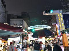 歩いて5分くらいのところにある臨江街観光夜市(通化街夜市)にやってきました。