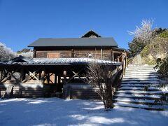 萬岳荘。冬季は休業中。