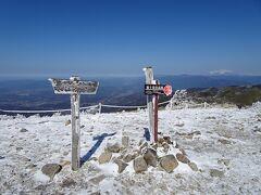富士見台高原(標高1739m)に登頂! 長野県阿智村と岐阜県中津川市の境界に位置しています。 今回のコース上でここだけが極寒でした。