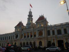 夕暮れ時の人民庁舎。最初これが中央郵便局だと思い入口を探してうろうろ。警備中のお巡りさん?に聞いたら親切に「違うよ」と教えてくれました。