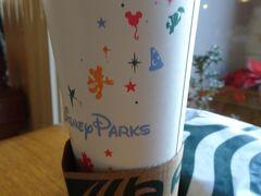 朝食を兼ねてスタバに。 カップがディズニー専用デザインになっています。