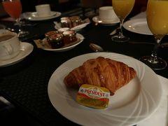 おはようございます♪ ホテルで朝食です!本場のクロワッサン、すごくしっかりしていてすごく美味しい。こんなに美味しいクロワッサン日本ではなかなか会えません...  ホテルはResidence Des Artsという所に泊まっています おしゃれな室内やフロント、パリに来たという感じです