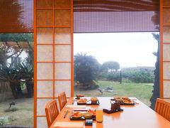 【8:00】 今日の朝ごはんは和食がメインの雲海へ。 5分くらい待ちましたが、入ると落ち着いた雰囲気。
