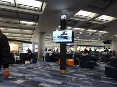 次の昆明行きのフライトまでは3時間空きます。 乗り継ぎカウンターで発券してもらい、荷物をここで取らなくていいか再確認。  次は中国東方航空なのでラウンジが使えず、ベンチで時間を潰します。