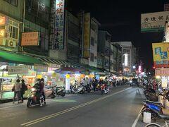 時刻は21時ごろ、夕飯を食べに、歩いて10分弱の吉林夜市に向かいます。