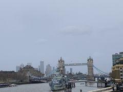 観光客が多いんだなーと思いながら駅目の前のロンドン橋を渡っていると橋の上でどこかの国の3人組のお兄さん達に写真を頼まれたのでかわりに私も撮ってもらう。