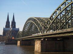 ケルンといえば、この風景! ケルン大聖堂とホーエンツォレルン橋を一緒に撮影できる定番スポットです。