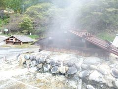 このように小屋がいくつも建てられていて、硫黄の温泉がブクブクと湧きだしています。  日光湯元温泉は西暦788年、勝道上人によって発見されたといわれ、昔は主に夏のみに開業する湯治場だったそうです。