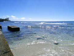 お腹が満たされた事で、とりあえず宿泊ホテルに向かって散歩~~やはりここはワイキキ、こんなに晴れているとビーチが見たくなりますよね~アランチーノからそのままビーチに向かって数分、そこはもうクヒオビーチ。ここは沖に防波堤があってビーチで遊びやすいのですね。その防波堤の方まで行ってパシャリ!ホント海が綺麗だわ~