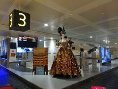 21:30発のルフトハンザで22:45にベネチア・マルコポーロ空港に到着。バゲッジクレームにはカーニバルの衣装が飾られてました。気分がアガります。