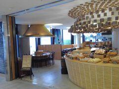 県民会館にあるパン屋さん。朝から焼き立てもパンが並んでいるところへ、開店一番乗り。