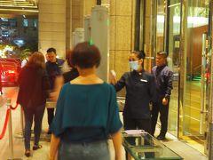 途中、工事現場などもありましたが、何事もなく歩いてホテルに戻りました。入り口で全員の体温チェックとセキュリティチェック。