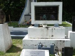 もう少し行って道路脇にある墓地に入ると、まず「戦車隊の英霊よ安らかに」の碑がある。さらに進むと、写真の奥から「みたま」と書かれた戦没者慰霊碑、その前にペリリュー島守備隊の慰霊碑、中川州男大佐をしのぶ碑文が置かれている。