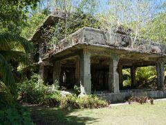 1944年9月にアメリカ軍はペリリュー島に上陸を試みるが、日本軍守備隊の激しい抵抗で、戦闘は3か月にこ及んだ。写真の日本海軍航空隊司令部跡には1トン爆弾が落とされた跡があり、頑丈な建物だが、倒壊の恐れもあるので2階には上がれなかった。1階には風呂やトイレの跡も残っている。