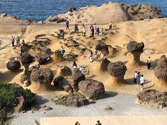 #野柳地質公園  基隆から北西の北海岸にある、野柳地質公園は台湾のカッパドキアと言われています。風化や海水により浸食されてできた奇岩が見られる所です。 キノコ岩やクィーンズヘッドなどが有名です。 入口のトイレはペーパーがありません、持参しましょう。   基隆は台湾北部に位置し日本に最も近い立地により、日本統治時代にも栄えた港湾都市です。また、日本統治時代が終わり日本人が台湾から離れる時もこの港から引揚船に乗った場所でした。