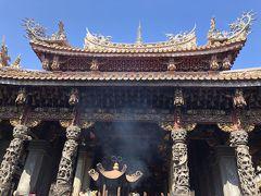 #清水巌祖師廊  山峡老街から数分の清水巌祖師廊は山峡の信仰の中心です。 壁や柱に彫り込まれた彫刻はとても芸術性が高く見所です。  実はこの廊は2回破壊され、3度目の再建が現在も続いています。 再建をになった「季樹梅」は有名な芸術家です、27歳の時に東京美術学校(上野の東京藝術大学の前身)に留学していました。