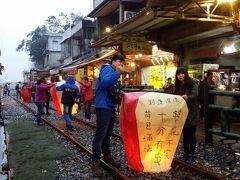 #十份  天燈(ランタン)上げで有名な十份は、日本統治時代に石炭で発展した町でした。天燈をあげている線路は平渓線、石炭を運ぶために整備されたものでした。 1時間に1本に電車が通ります、電車が通るギリギリまで天燈を上げているのは、日本ではありえない光景です。