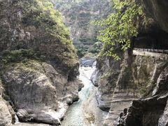 #太魯閣渓谷  花連は日本統治時代には商業港として栄え、移民の玄関口となり沢山の日本人村がありました。また、花蓮の原住民阿美族の結婚は、男性がお婿さんに行きます。  花連の北約30km、台湾随一の景勝地であり、大理石の生産地です。 雄大な自然美の太魯閣渓谷は、立霧渓の流れが長い年月をかけて大理石の岩盤を削ってできた大渓谷です。渓谷の岩が顔を見合わせているように見えます。  アクセスは台北から特急列車が便利です。 太魯閣渓谷のトイレはキレイに掃除されていましたが、ペーパーはありません持参しましょう。