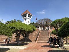 #安平古堡  1624年にオランダ東インド会社によって築かれた、台湾最古の城堡。 いわをば台湾発症の地とともいえる場所、当時はゼーランディア城と呼ばれ、煉瓦はインドネシアから運び、セメントがなかった時代だった為「三合土」と呼ばれる砂糖水やもち米、カキの殻などを混ぜ合わせたものがつかわれました。  台湾には、貿易の街として栄えたかつでの3大港町を表す「一府二鹿三艋岬」という言葉があります。その一番である「一府」こそが現在の台南の安平です。  展望台は安平古堡のランドマークとなっています。