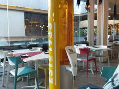 今日の夕食はクーポンアプリ「eatigo」から予約をしたAir Spaceへ。 一足早く深夜便で到着していたAさんご夫妻も合流して6人で。 6人いるからと生ビールのタワーを注文。  前回来た時は、禁酒日で飲めなかったから (https://4travel.jp/travelogue/11520935) リベンジ!!
