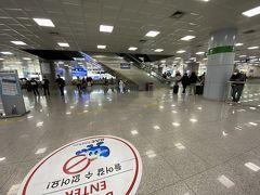 韓国第2の都市の空港とは言えコンパクトな空港。 イミグレを抜け荷物をピックアップしても5分後にはランドサイドに到達。 いやいや便利ですね。