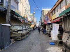まずは富平市場にやって来ました。 時刻は昼間の15時。 妙に街が閑散としておりますが…。 これもコロナ騒ぎの影響でしょうか?