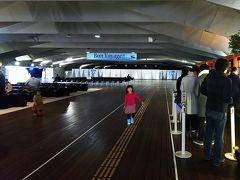 横浜でみなとみらい線に乗り換え、日本大通り駅で下車。大さん橋ホールまでは、徒歩10分ほど。 右側に並んでいる人は、ロイヤルウイングの乗船手続きを待つ人達。こんな年末ギリギリに、ランチクルーズに乗ろうなんて人、私達くらいかと思ったら…(^_^;) 結構いらっしゃるのでビックリ(笑)
