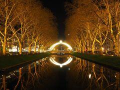ケーニヒスアレーへ。 明かりが水面に映って幻想的。
