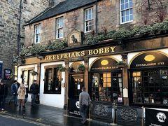 【Greyfriars Bobby's Bar】 ボビー像の目の前にあるパブで、ちょっと中を覗いてみようかと思いましたが、外まで人が溢れていたのでまた次の機会にします。