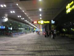 チャンギ国際空港第3T定刻到着です  しかし皆さんT2行きのスカイトレーン乗場まで行くけど 戻って行く  えっ、始発はなんと5時です  知らなかった(';') で、今4時前  近くの人にアクセス方法聞いたら1度入国してシャトルバスが早いと聞きましたが 入国⇒出国も面倒なので時間もあるしお腹も空いてないのでT2まで歩くことに!!  T1経由でかなりありそう