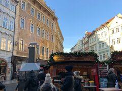 ここは、、「旧市街広場」手前の三角形の広場、、 ここでもクリスマスマーケット開催中、、